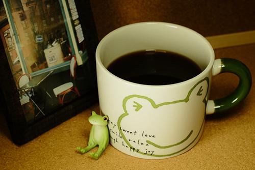 ツバキアキラが撮ったカエルのコポー。カエルさんのマグカップを買って貰ったコポタロウ。