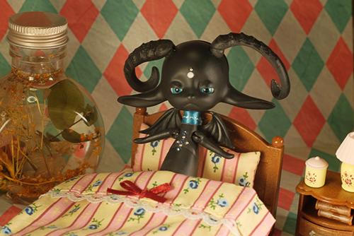 DOLLZONE・Heavyrainのハピ。シルバニアファミリーのベッドに寝かしつけられたけれど、全然眠れません。
