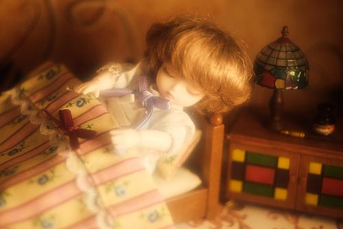 DOLL FACTORY・Baby Ariの小さな眠り目の子、Emma(エマ)。シルバニアファミリーのベッドで、すやすやと眠っています。
