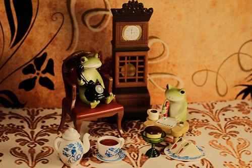ツバキアキラが撮ったカエルのコポー。おやつのお誘いをするために、電話をかけたり、手紙を書いたりしているコポタロウ達。