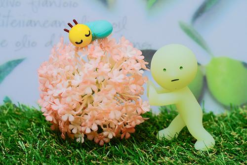 ツバキアキラが撮ったスミスキーの写真。ニャッキを起こさないように、そーっと花を押しているオススキー。