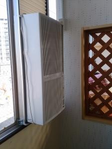 ようやく付いた窓型エアコン(1)