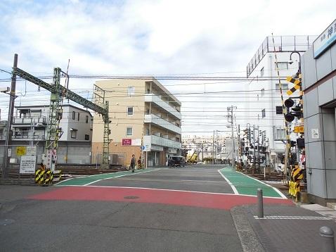 京急本線の神奈川新町第1踏切道@横浜市神奈川区a