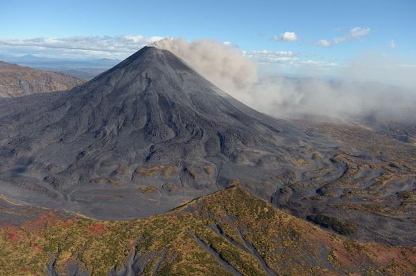 800px-Karymsky_volcano.jpg