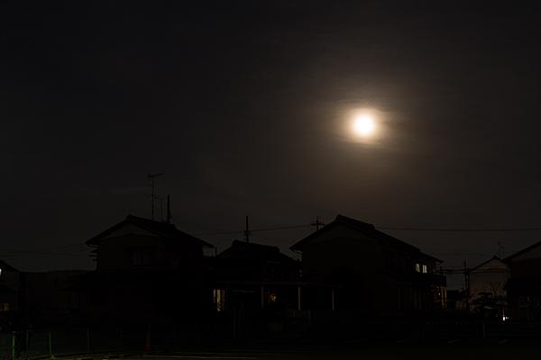 満月と家のシルエット