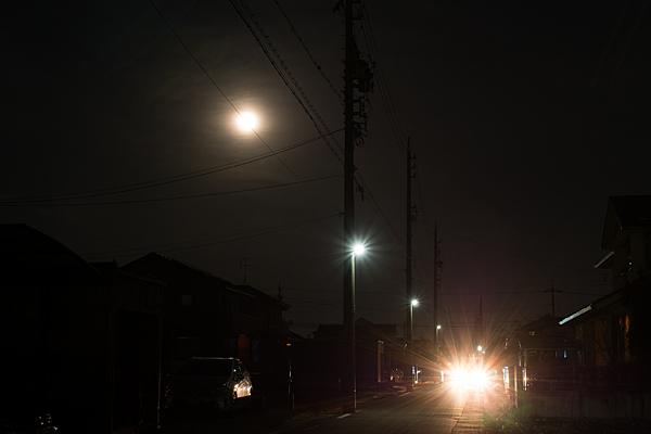 住宅地と満月