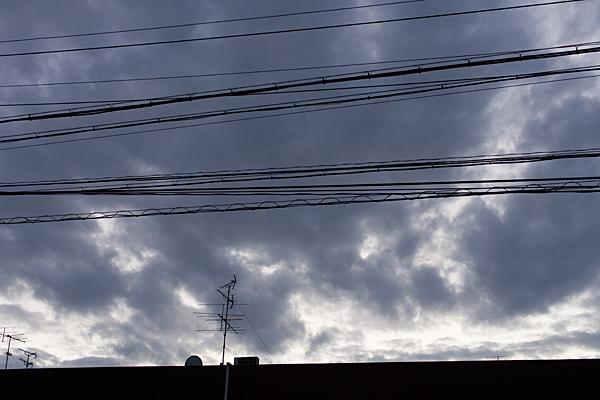 電線とアンテナと雲間