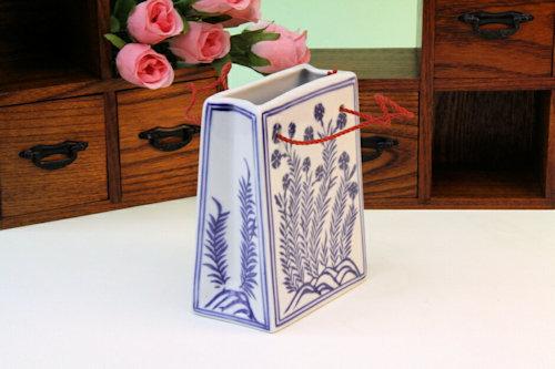 手提げ袋の形をした陶磁器の花瓶