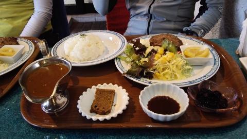 お昼はオーソドックスに洋食で。
