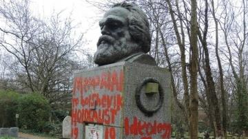 マルクス墓赤ペンキ