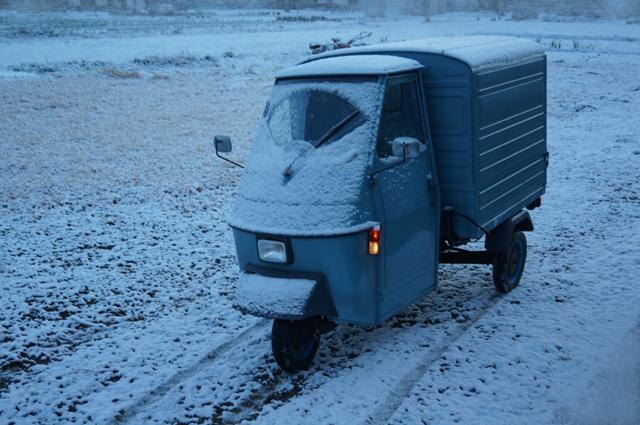雪化粧した畑とベスパカー・アペ