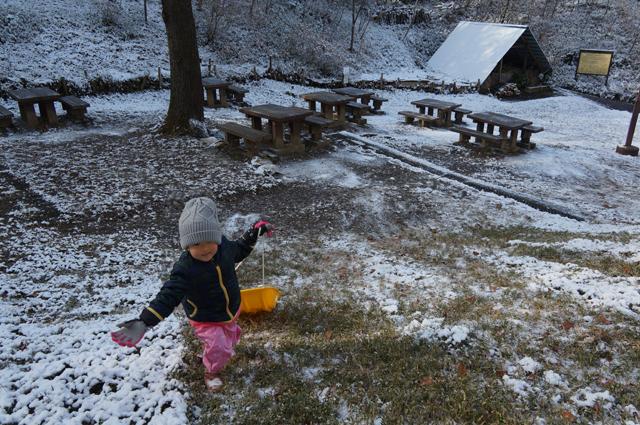 南平の炭焼き小屋の前でそり遊び