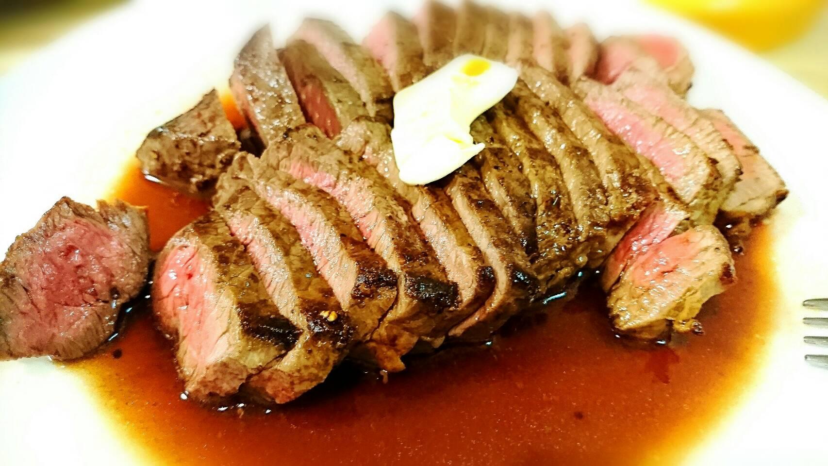 赤身肉のガーリックバターステーキ