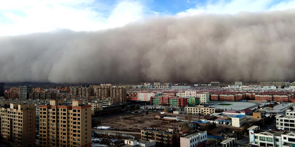 wor1811270021-p1_高さ百メートルの「砂の壁」が街を飲み込む 中国甘粛省で巨大砂嵐 - 産経ニュース