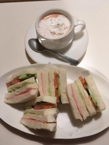 ココアとサンドイッチ
