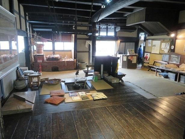 卯立の工芸館の玄関を入った土間と板の間