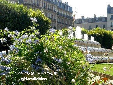 ルヴァロワ市庁舎庭の花と噴水downsize