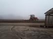霧の中のトラクター