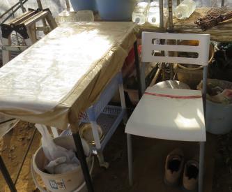 ビニールハウスの椅子と作業台