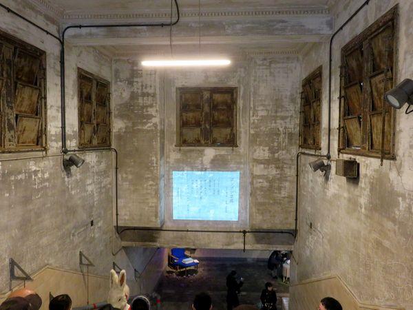 階段途中ではプロジェクタを使い、博物館動物園駅の歴史について説明を聞ける。