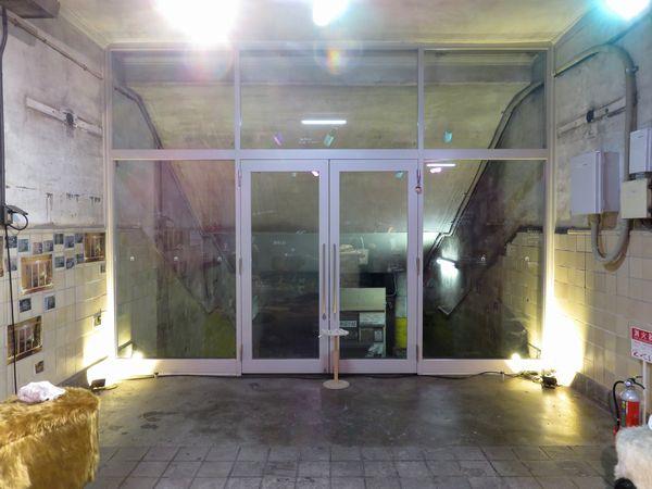 踊り場から先はガラス戸で仕切られており今回は入れない。