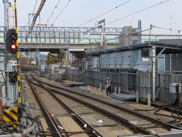 産業道路駅構内では、地下化後に現在線を横断する通路を設置する準備が進んでいた。