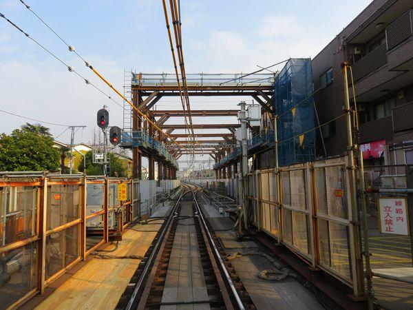 小島新田駅側の地下出口に出現した門型鉄枠。地下切替時は現在線の桁を上昇させこの枠に固定する。