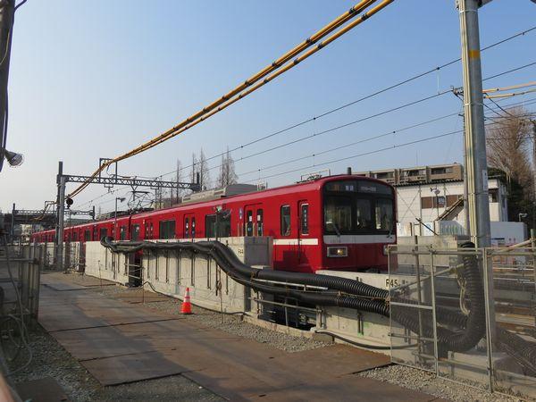 線路が地上に出る途中の区間では、コンクリート製防音壁の構築中。