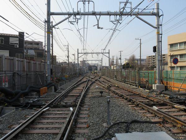 小島新田駅直前に新設された折り返し運転用のシーサスクロッシング。