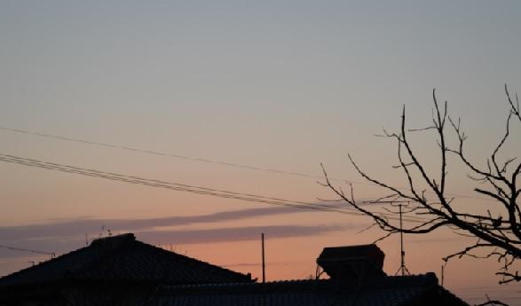 2019-2-5本日の夜明け、紫色の細い雲6時44分