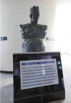 2019-3-11ケニアの鉄道新線駅構内の銅像