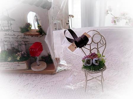 0304お花で埋め尽くされた白い椅子
