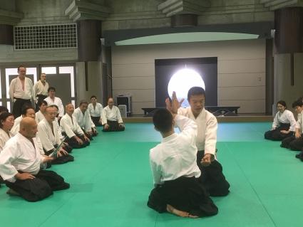 大田副理事長が本を読み上げ、藤巻師範が技の再現を行う