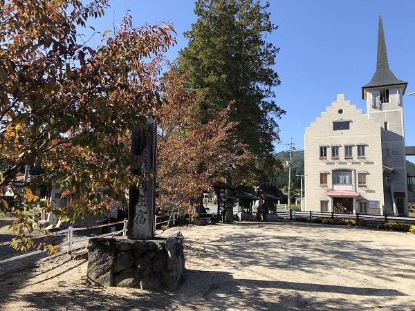 出雲街道の石碑と「メルヘンの里新庄村」らしい村役場