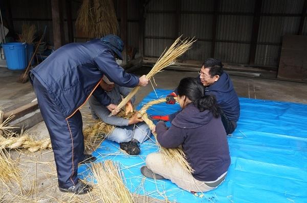 師匠・今井さんの指導のもと、男性陣3人の苦闘の様子。これ、力仕事なんですよ~!