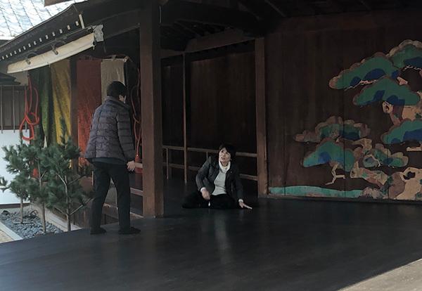 玉野しおさい狂言会の脇坂氏と相澤氏による『濯ぎ川』の立ち位置の稽古の様子