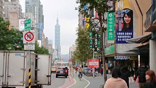 東門駅を出て台北101を遠くに臨む
