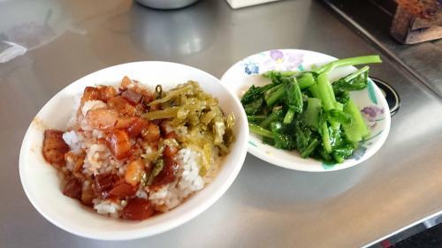 魯肉飯と青菜(?)炒め