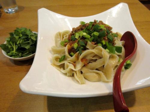 マーラー刀削麺とパクチー