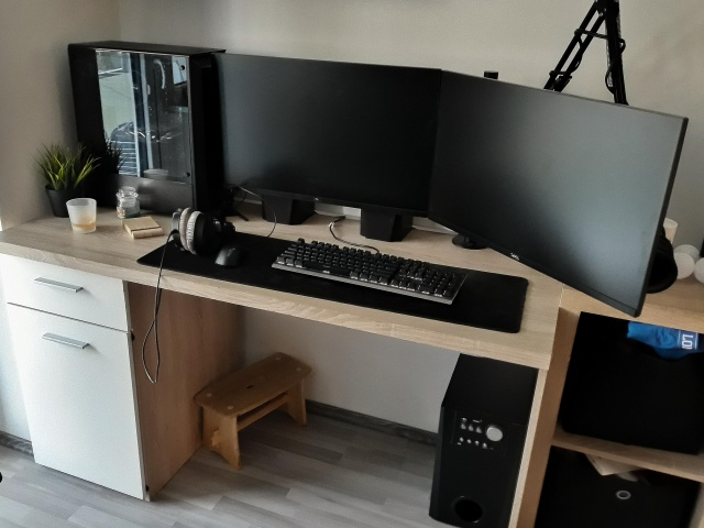 PC_Desk_143_02.jpg