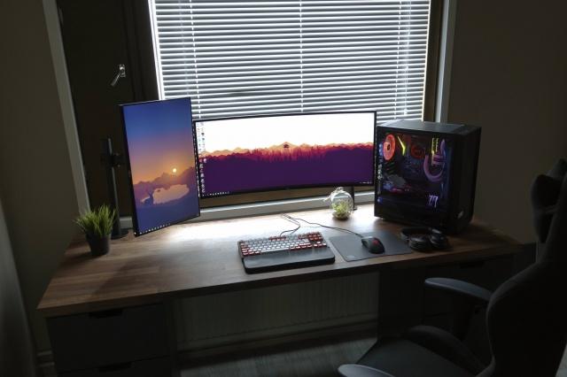 PC_Desk_UltlaWideMonitor37_17.jpg