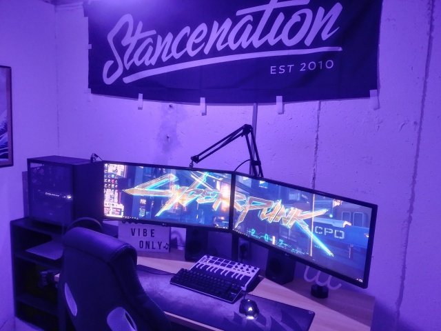 PC_Desk_UltlaWideMonitor37_22.jpg