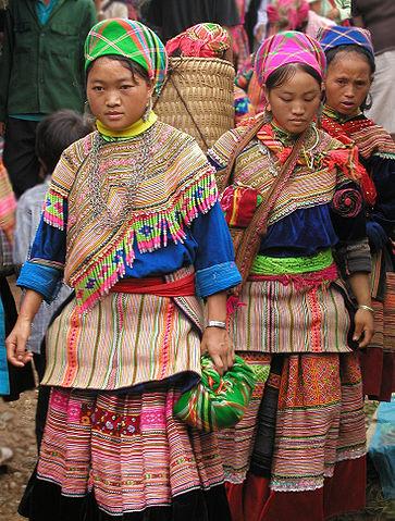 363px-Hmong_women_at_Coc_Ly_market,_Sapa,_Vietnam