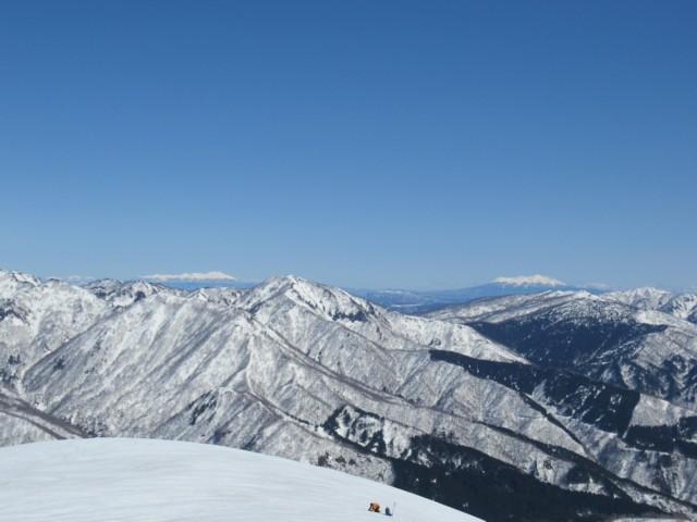 3月17日 芦倉山の向こうに御嶽山と乗鞍岳